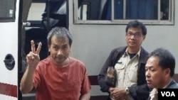 Lerpong Wichaikhammat, yang kemudian berganti nama menjadi Joe Gordon, setibanya di pengadilan kriminal Bangkok (8/12).
