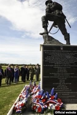 Dignatarios de EE.UU., Francia y Alemania saludan a los héroes del Desembarco en Normandía durante una ceremonia en honor del aniversario 73 del Día D, en Sainte-Mere-Eglise, Francia. Junio 4 de 2017.