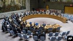 Nghị quyết của Liên Hiệp Quốc cũng đưa vào danh sách đen 11 cá nhân và 10 tổ chức bị cấm du hành toàn cầu và bị phong tỏa tài sản vì có liên hệ với các chương trình hạt nhân và phi đạn của Bắc Triều Tiên.
