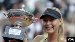 Maria Sharapova mengangkat pialanya setelah mengalahkan Samantha Stosur di turnamen Italia Terbuka hari Minggu (15/5).