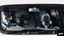 Cảnh sát đeo mặt nạ phòng hơi độc tuần phòng gần nhà máy điện hạt nhân ở Fukushima