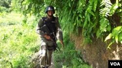 Personel Brimob sedang melakukan penyisiran di kawasan Gunung Koroncopu , Desa Tambara Poso, Pesisir Utara, 20 Desember 2012 (VOA/YoanesLitha). Mabes Polri akan mengirimkan 200 personel tambahan untuk memperkuat Polres Poso.