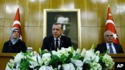 Tổng thống Thổ Nhĩ Kỳ Recep Tayyip Erdogan (giữa) phát biểu trước giới truyền thông tại sân bay Ataturk ở Istanbul, ngày 29 tháng 3 năm 2016.