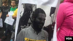 Poster con una foto del diputado opositor detenido Juan Requesens.