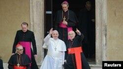 Pemimpin Gereja Katolik Dunia yang baru terpilih, Paus Fransiskus melambaikan tangannya saat menuruni tangga Basilika Santa Maria Maggiore di Roma, didampingi Kardinal Santos Abril dari Spanyol (kiri) dan Kardinal Agostino Vallini dari Roma (14/3)