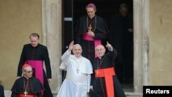 Đức Giáo Hoàng Phanxicô vẫy chào từ Vương Cung Thánh Đường Santa Maria Maggiore ở Rome, ngày 14/3/2013.