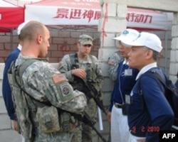 慈济志工与联合国维和部队交谈