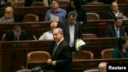 Perdana Menteri Israel Benjamin Netanyahu meninggalkan parlemen setelah pemungutan suara untuk membubarkan lembaga itu, di Yerusalem (8/12). (Reuters/Baz Ratner)