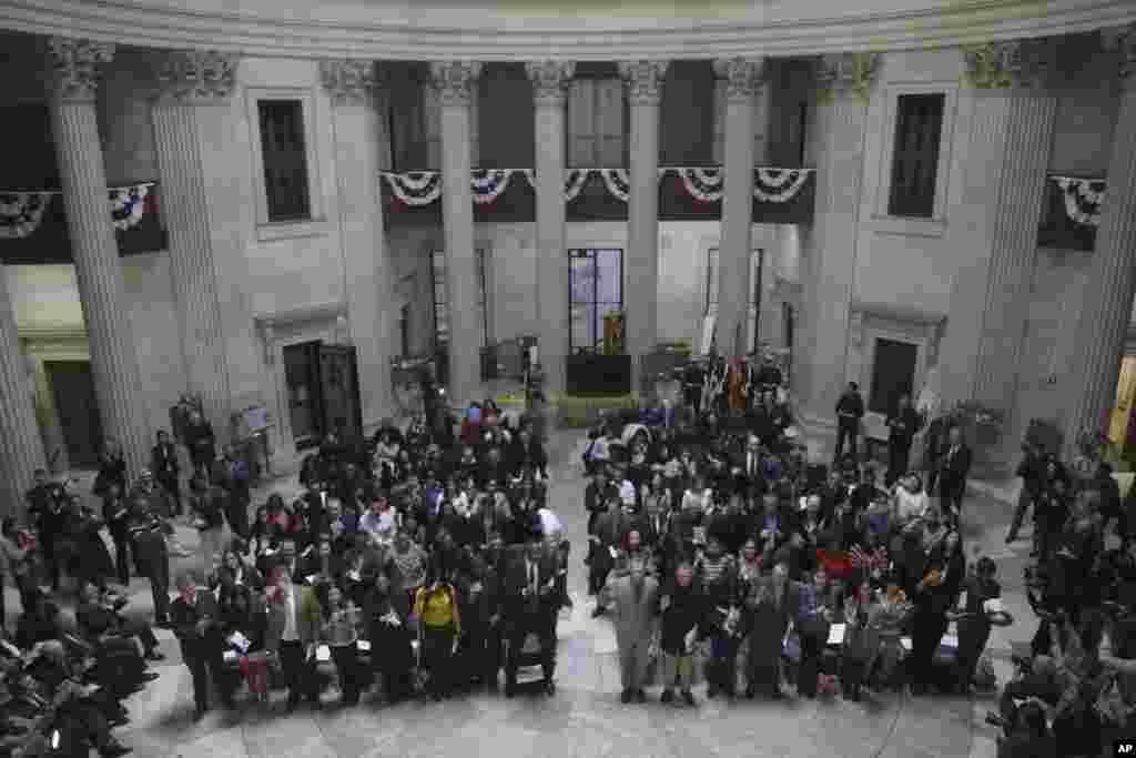 New York'taki Federal Bina'da Vatandaşlık Yemin Töreni'ne katılanlar. (22 Nisan 2013)