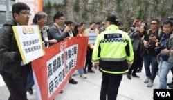 香港工黨進入公民廣場示威。(美國之音湯惠芸)