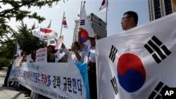 23일 한국 정부 서울청사 앞에서 시민단체들이 이산가족 상봉 연기를 통보한 북한을 규탄하고 있다.