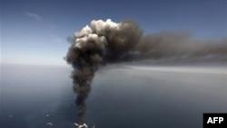 Столб дыма от пожара на нефтяной платформе в Мексиканском заливе