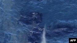 Vết dầu loang từ tàu Rena mang cờ Liberia bị mắc cạn tại một bãi đá ngầm gần bờ biển Tauranga của New Zealand