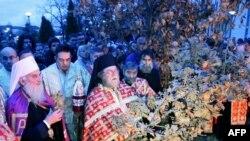 Patrijarh srpski Irinej osvešta badnjak koji je zapaljen ispred Svetosavske crkve kod hrama Svetog Save u Beogradu.
