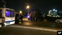 Petugas keamanan memarkir kendaraan dekat Kedubes Israel di Amman, Yordania hari Minggu, 23 Juli 2017, setelah kejadian penembakan (foto: AP Photo/Omar Akour)