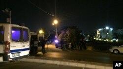Funcionarios de seguridad montan guardia cerca de la embajada israelí en Ammán, Jordania, tras un tiroteo el domingo, 23 de julio de 2017.