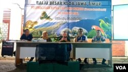 Dirjen KSDAE Kementerian Lingkungan Hidup dan Kehutanan Wiratno (tengah), dan Kepala BBKSDA Jawa Timur Nandang Prihadi (kedua kanan) memberi keterangan pers terkait pelepasliaran satwa komodo. (Foto: Petrus Riski/Terkini.com)