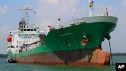 Tàu chở dầu Singapore Naniwa Maru 1 neo đậu tại cảng Klang ở Malaysia sau khi bị hải tặc tấn công và cướp dầu ở Eo biển Malacca, ngày 23/4/2014.