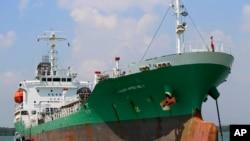 Kapal tanker Naniwa Maru 1 berlabuh di pelabuhan Klang, Malaysia, Rabu (23/4) setelah dibajak di Selat Malaka. Para perompak berhasil memindahkan sekitar tiga juta liter solar ke dua kapal di dekatnya, sebelum meloloskan diri dengan membawa tiga sandera warga Indonesia.