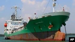 ຮູບກຳປັ່ນບັນທຸກນ້ຳມັນ Naniwa Maru 1 ທີ່ສິງກະໂປ ເປັນເຈົ້າຂອງ ພວມຖິ້ມສະໝໍຈອດຢູ່ທີ່ທ່າເຮືອ Klang ຂອງມາເລເຊຍ ຫລັງຈາກຖືກປຸ້ນໂດຍພວກໂຈນທະເລ ເມື່ອວັນທີ 23 ເມສາ ປີ 2014.