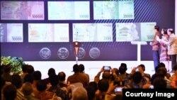 Presiden Joko Widodo, Menteri Keuangan Sri Mulyani Indrawati dan Gubernur Bank Indonesia Agus Martowardojo menyaksikan tampilan gambar uang Rupiah yang baru di Bank Indonesia, Jakarta (19/12). (Foto: Biro Pers Kepresidenan)