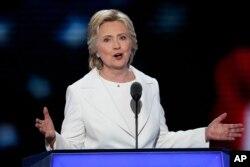 Hillari Klinton demokratlar qurultoyida nutq so'zlamoqda.