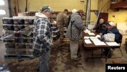 Cư dân xếp hàng chờ nhận nước đóng chai tại một trạm cứu hỏa ở Flint, Michigan, ngày 13 tháng 1 năm 2016.