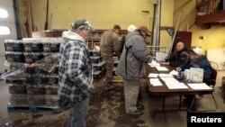 在美国密西根州的弗林特市,居民在消防站领取瓶装水和过滤工具(2016年1月13日)