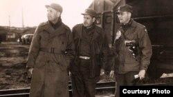에드워드 라우니 장군(오른쪽)과 미군 장교들이 흥남항 폭발을 지켜보고 있다.
