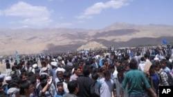 جمعیتی در بامیان که برای تشییع جنازه جواد ضحاک، رئیس شورای ولایتی بامیان اجتماع کرده بودند.