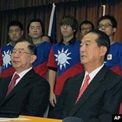 亲民党的正副总统参选人宋楚瑜和林瑞雄(前左)
