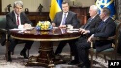 Tổng thống Ukraina Viktor Yanukovych gặp ba người tiền nhiệm của ông là Viktor Yushchenko, Leonid Kuchma, và Leonid Kravchuk.