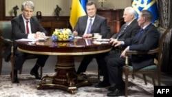 Presiden Ukraina Victor Yanukovych (kedua dari kiri) bertemu dengan pendahulunya Viktor Yushchenko, Leonid Kuchma, dan Leonid Kravchuk hari Selasa (10/12).