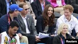 Pangeran William (kedua dari kiri), istrinya Kate dan adiknya Harry (kanan) dalam sebuah acara di London. (Foto: Dok)