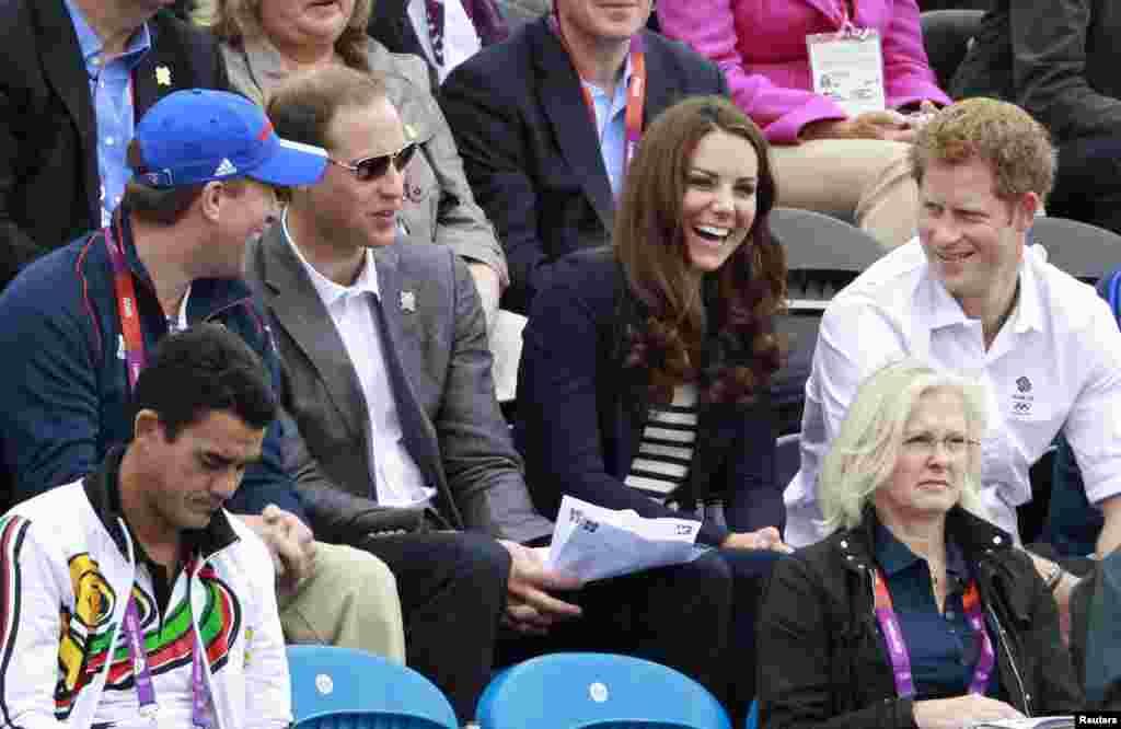 Питер Филлипс, принц Уильям, Кейт Миддлтон и принц Гарри (соревнования по конным видам спорта в Гринвич-парке)