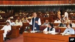 وزیراعظم گیلانی پارلیمنٹ کے اجلاس میں خطاب کررہے ہیں (فائل فوٹو)
