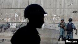 Policías afganos vigilan. El grupo talibán ha asumido la autoría del atentado.