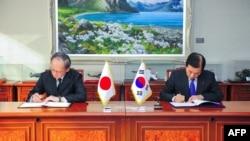 지난 2016년 11월 한국 국방부에서 한민구 한국 국방장관과 나가미네 야스마사 주한일본대사가 한일군사정보보호협정에 서명했다.