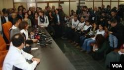 Açlık grevine katılan BDP milletvekilleri ve Diyarbakır Belediye Başkanı Osman Baydemir