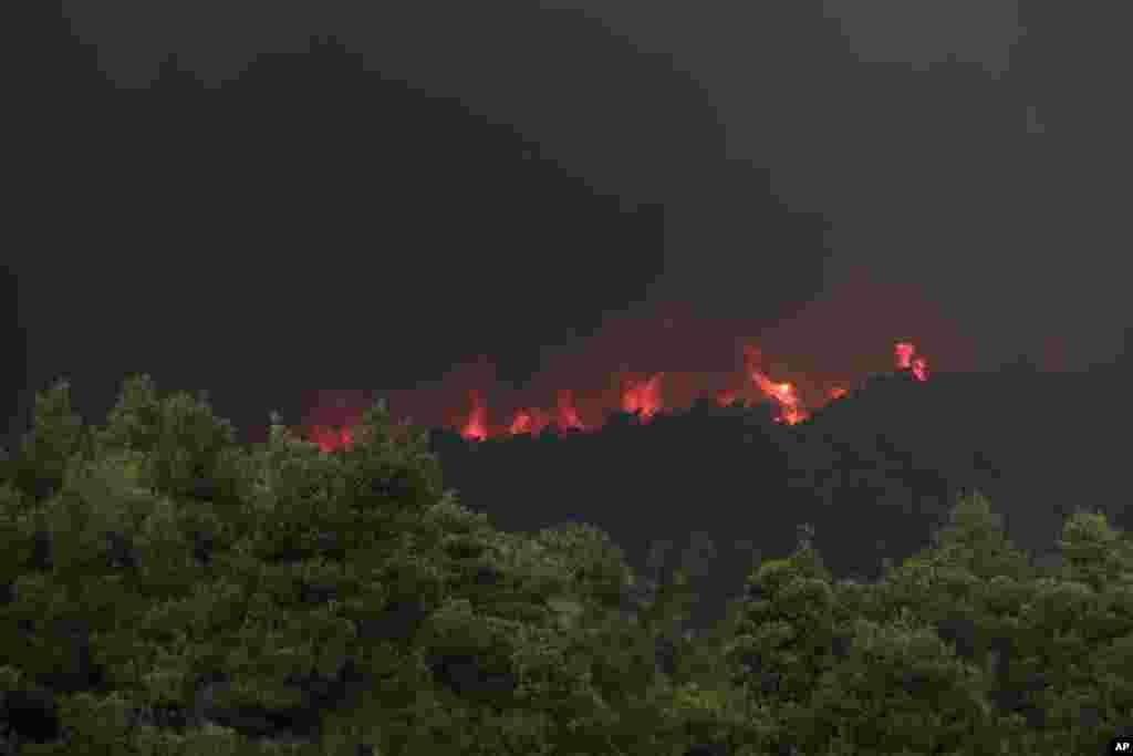 آتش سوزی گسترده در یکی از جزایر شمال آتن در یونان بر نگرانی ها افزوده است.