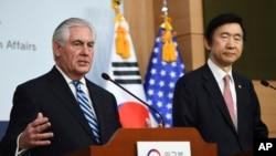 رکس تیلرسون وزیر خارجه آمریکا (چپ) در نشست خبری مشترک با وزیر خارجه کره جنوبی در سئول - ۲۷ اسفند ۱۳۹۵