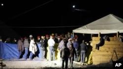救援人員早前徹夜搜救被困礦工。