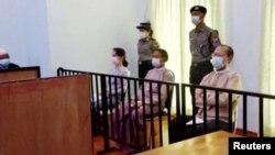 Từ trái sang: Bà Aung San Suu Kyi, cựu Tổng thống Win Myint và bác sĩ Myo Aung tại phiên toà ở Naypyitaw, Myanmar, vào ngày 24/5/2021.