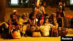 Wasu 'yan Najeriya da suka yi gudun hijira daga rikicin Jamhuriyar Afirka ta Tsakiya lokacin da suka isa Abuja ranar 4 Janairu, 2014