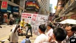 人權團體在香港鬧市區示範中國當局酷刑招數
