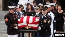 美国参议员麦凯恩的灵柩移出华盛顿国家大教堂