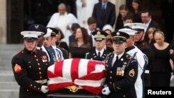 Thi hài ông John McCain được đưa ra khỏi nhà thờ lớn ở thủ đô Washington DC hôm 1/9.
