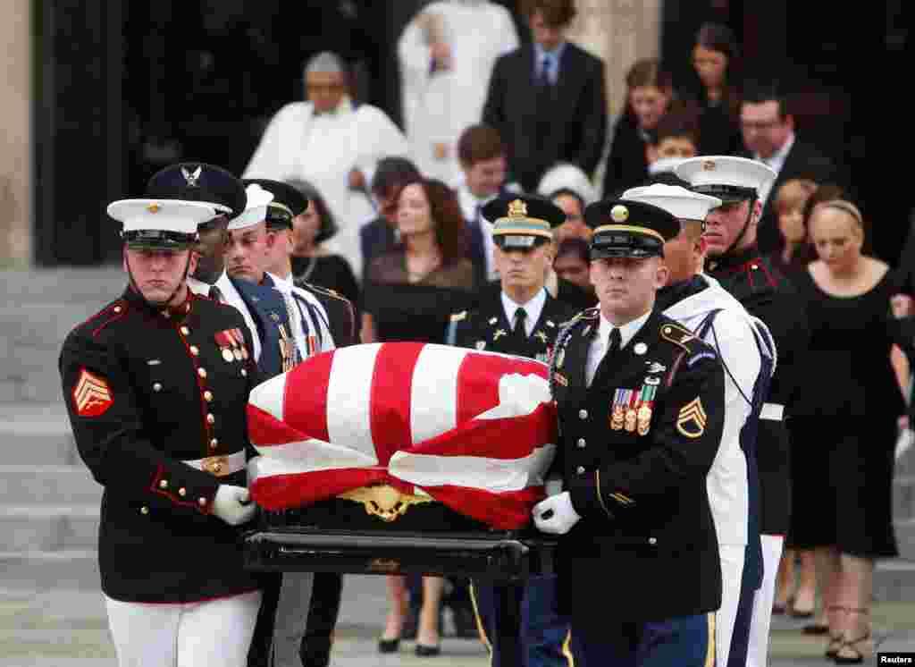 Jeneza la Seneta John McCain likiwasili katika Ibada maalum kwenye Kanisa laNational Cathedral, Washington Septemba 1, 2018.