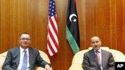 Jeffrey D. Feltman (à g.) et Mustafa Abdel Jalil (à dr.), dans un bureau à Tripoli (14 septembre 2011)