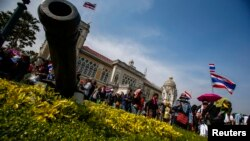 3일 태국 방콕 정부 청사에 진입한 반정부 시위대가 태국 국기를 흔들고 있다.